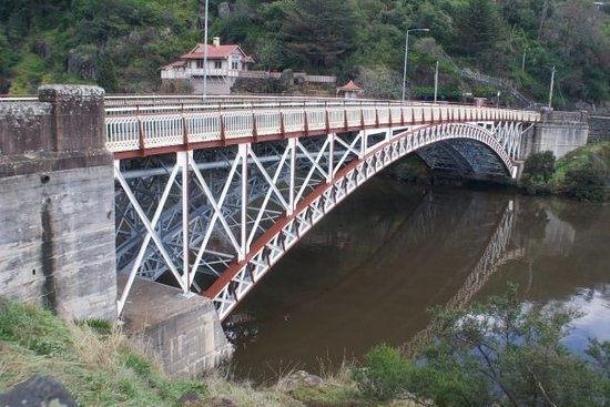 Launceston, Australië: King's Bridge at the mouth of Cataract Gorge