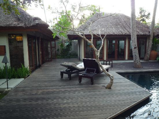 Kayumanis Nusa Dua Private Villa & Spa : Villa chambre(droite) et living(gauche)