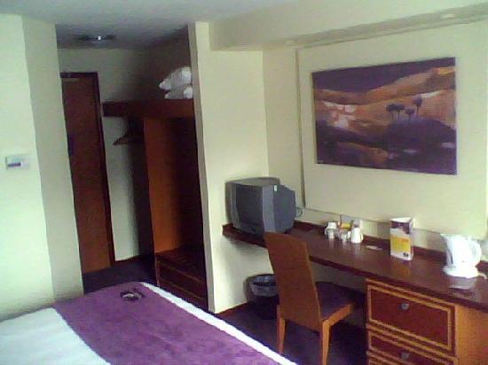 Premier Inn Cobham Hotel: tv and tea and coffee