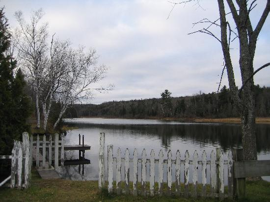 Green Trails Inn: Sunset Lake is located right across the road