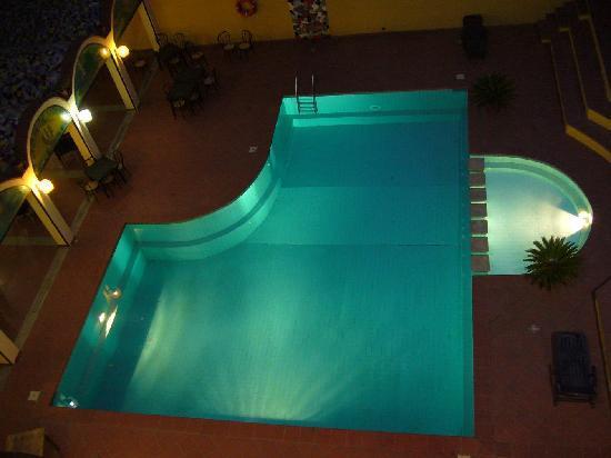 Tortoli, Itália: Beleuchteter und nicht gereinigter Pool am Abend