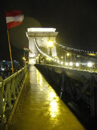 Carlton Hotel Budapest: Kettenbrücke am Abend