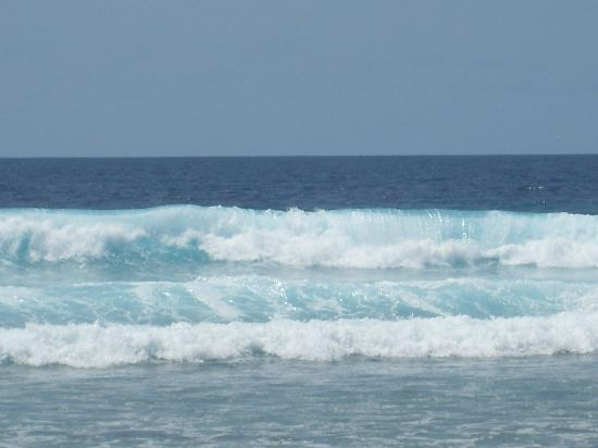 Naladhu Resort Maldives: The big waves outside the villa