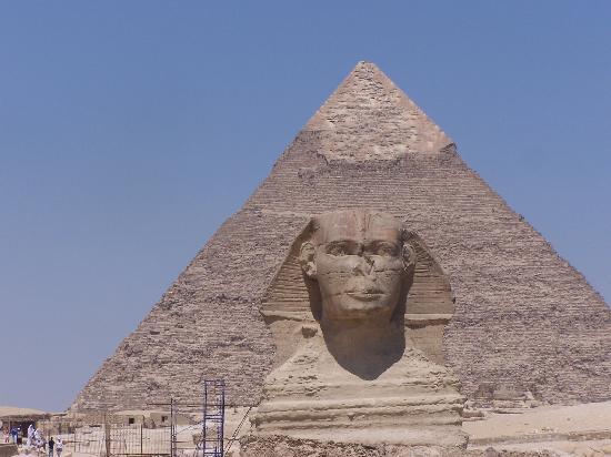 primer plano de la esfinge. al fondo la piramide de keops - photo de