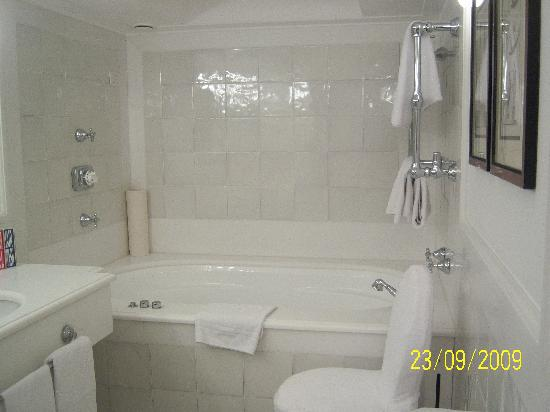 Sparkling clean bathroom picture of le sirenuse hotel positano tripadvisor for What do hotels use to clean bathrooms