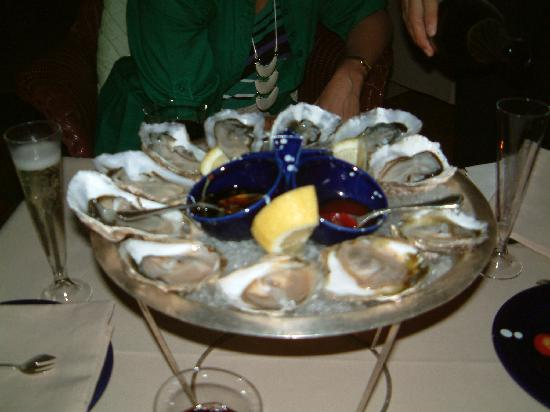 Le Sirenuse Hotel: Champagne and oyster bar