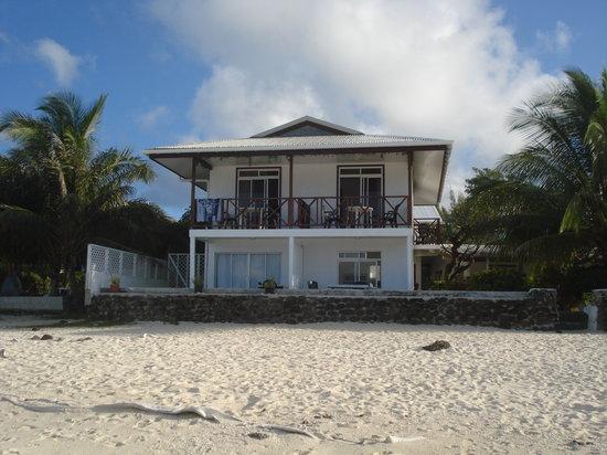 Chez Robert et Tina : The guesthouse seen from the beach