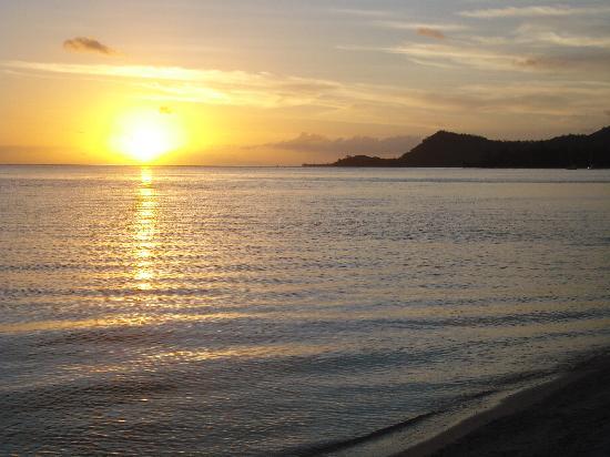 Chez Robert et Tina : Sunset on Matira Beach (5 minute walk)