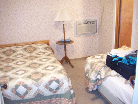 Hillcrest Motel: Double and twin bed in separate bedroom