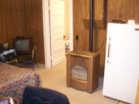 Hillcrest Motel: Other side of main room with double bed