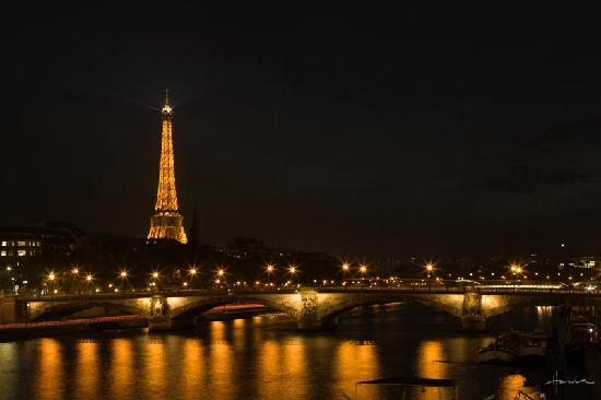 Night view of the Seine and the Tour Eiffel