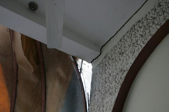 Panna, India: Crack and leak in restaurant