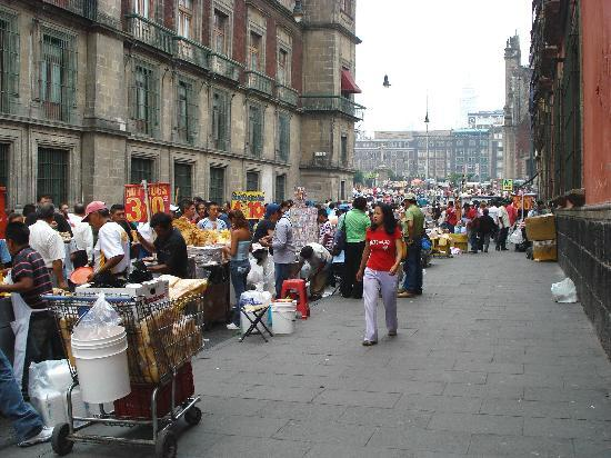 Hostel Moneda: Early morning market - near hostel