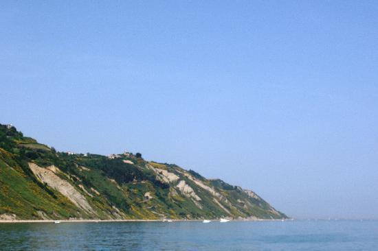 Pésaro, Italia: Monte San Bartolo visto dal mare