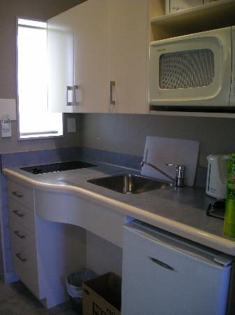 Shoreline Motel Napier: Kitchenette with all you need