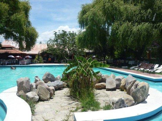 La Floresta : Het zwembad met op de achtergrond de tafeltjes van het restaurant