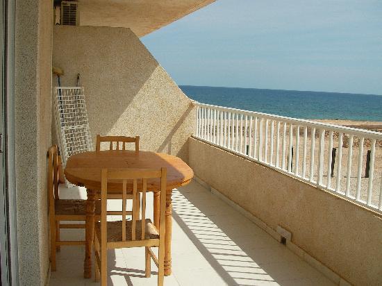 Palmera Beach Apartments: Balkon mit Tisch u. Wäscheständer/Putzzeug