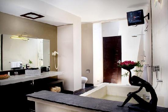 The Replica Suite: Bathroom (w/ Indoor Jacuzzi in Deluxe)