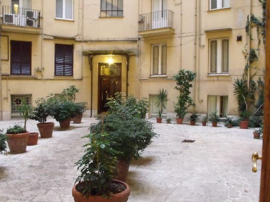 Annette B&B: Courtyard.