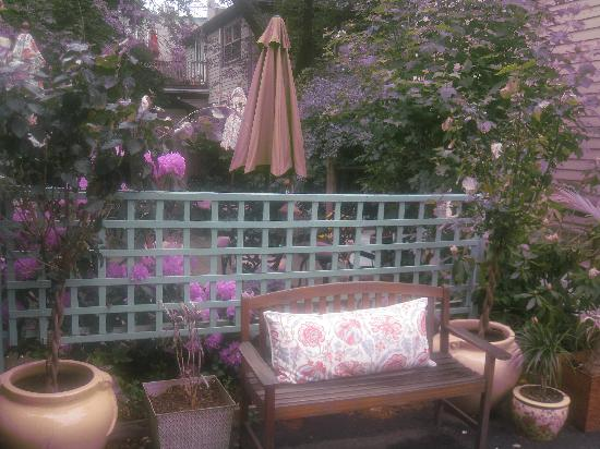 The Samuel Sewall Inn: Sewall Patio in May