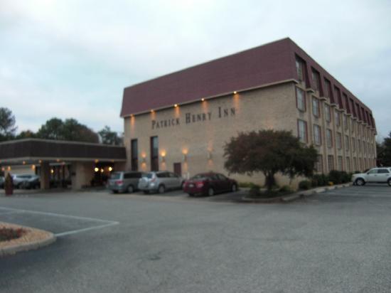 Patrick Henry Inn : ホテル外観です、広々しています駐車場もゆったり。