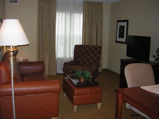 Homewood Suites by Hilton Mahwah: Wohnzimmer mit Couch und Flachbildfernseher