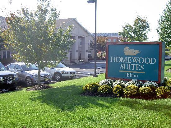 Homewood Suites by Hilton Mahwah: Aussenansicht vom Parkplatz