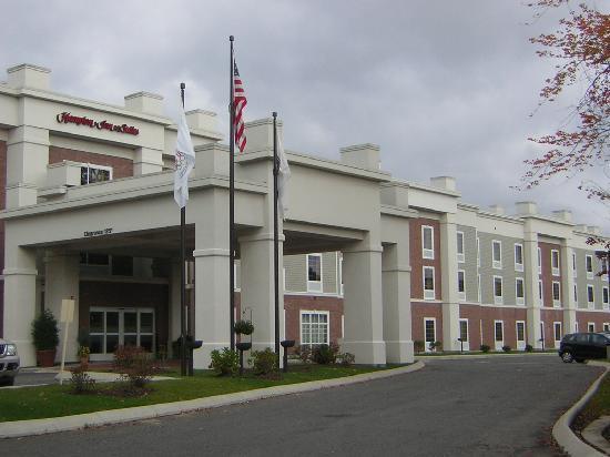 Hampton Inn & Suites Berkshires-Lenox: Aussenansicht des Eingangsbereichs