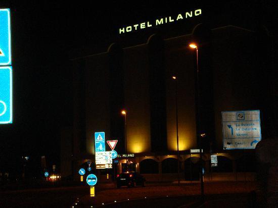 Hotel Milano: 夜のホテル外観