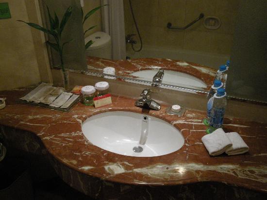 Pearl Garden Hotel- Bathroom
