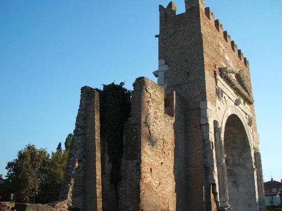 Arco d'Augusto: 門