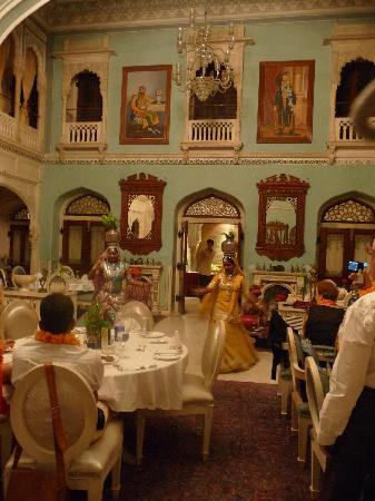 Chomu Palace Hotel: Entertainment in the Durbar Hall