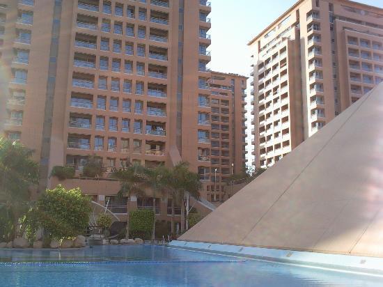 Staybridge Suites Cairo-Citystars: Vue extérieure de l'hôtel + piscine