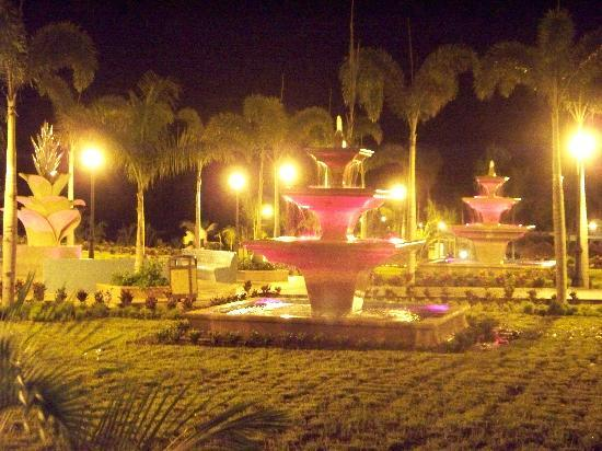 Hotel Riu Guanacaste: Fountain leading down to the pool and beach at night