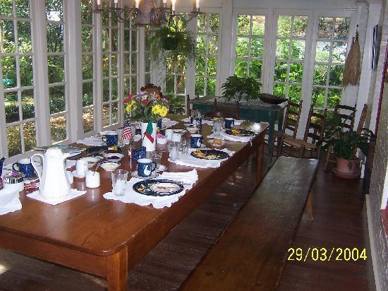 Mouton Plantation Bed & Breakfast : Breakfast table
