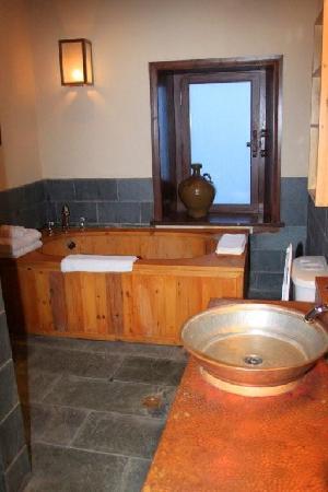 ซองแซมรีทรีทแอทแชงการีลา - เอ็มแกลเลอรี่ คอลเล็คชั่น: bathroom in junior suite