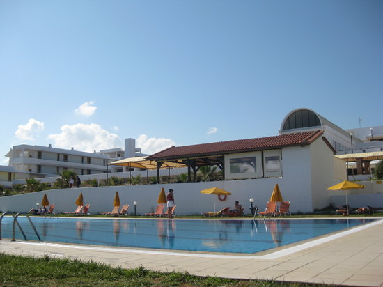 Xenia-Helios: L'hôtel depuis la piscine