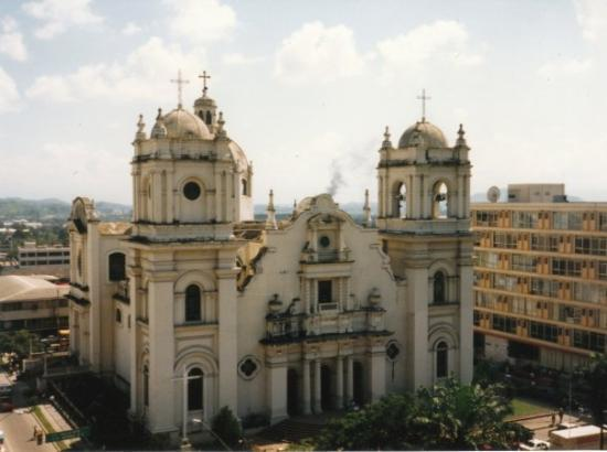 San Pedro Sula, Honduras: Church outside Hotel