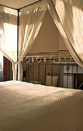 Brickfield Hill: Four-poster bed