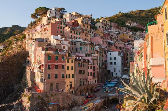 Il BoMa: The view of Riomaggiore from the port.