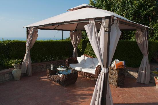 B&B Tramonto - The Sunset: Just one of the gazebos that was perfect for curling up and relaxing