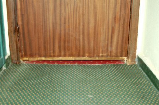 Pyramids View Hotel : gap under door