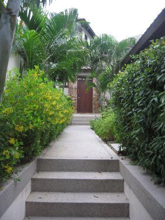 Kanda Residences: path to the door of the villa