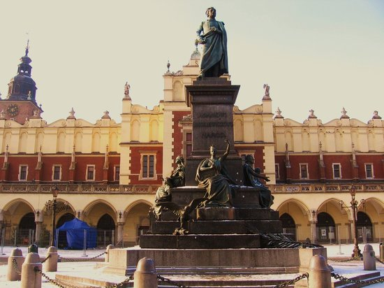 Krakow, Poland: Adam Mickiewicz - statue du poete bien connu; lieu de rencontres!