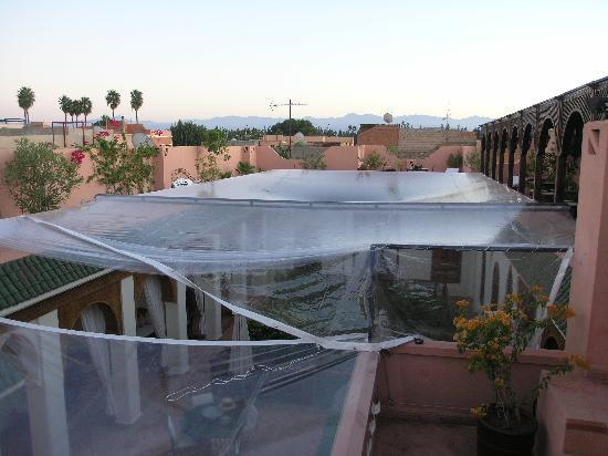 Riad Daria: Plastic sheeting spoils the Riad's ambience.