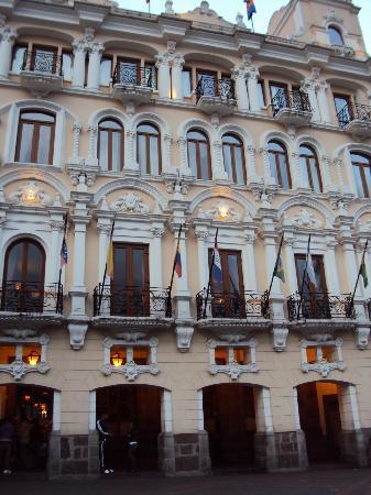 Hotel Plaza Grande: Vista desde afuera del hotel