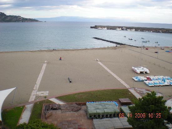 G blitz di greenpeace sulla spiaggia di giardini naxos