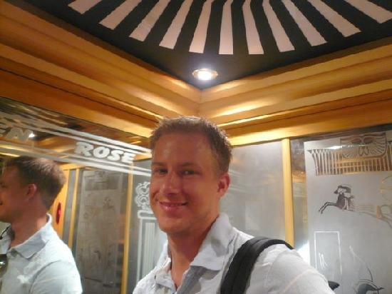 Golden Rose Hotel : In the elevator