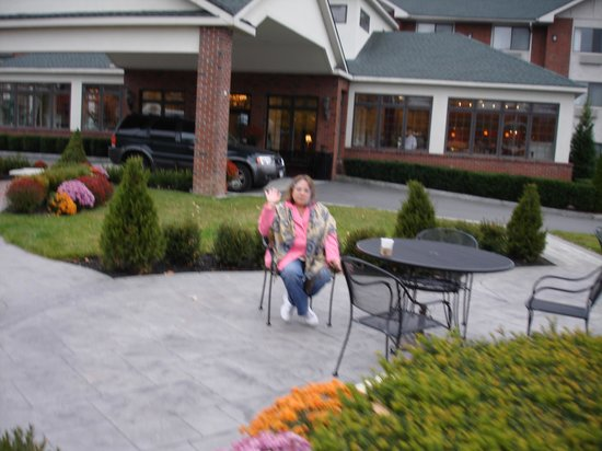 BEST WESTERN PLUS Franklin Square Inn Troy/Albany: Seating area in front of hotel.The cafe brings you food to you here, there are more tables too