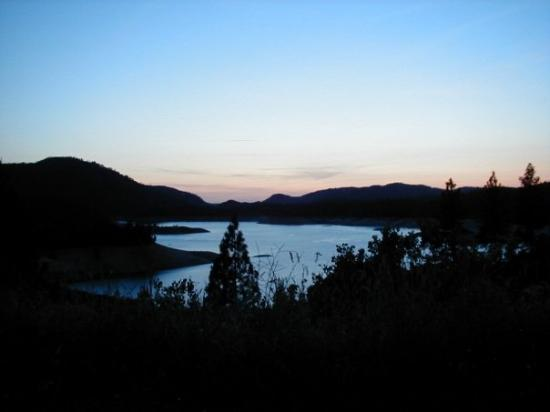 Feather Falls, Калифорния: Sunset at lake Oroville, above the log-jam